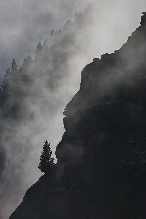 Paysage sous la brume du Haut Vallespir (Pyrénées-Orientales).